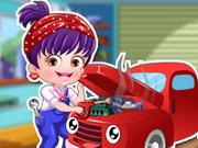 Házel baba autót szerel